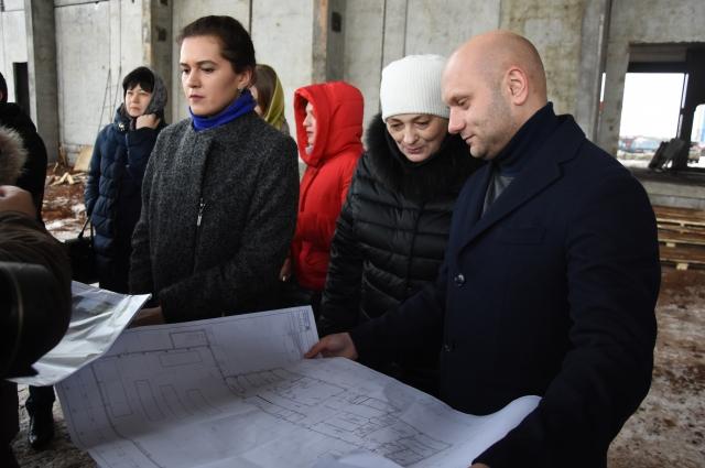 Родительская общественность очень внимательно слушала разъяснения строителей по проекту.