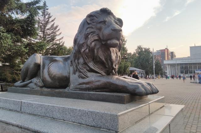 Львы в Красноярске почти питерские.