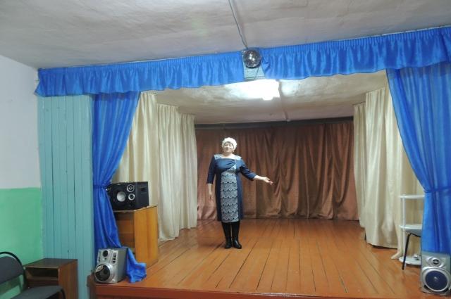 В сельском клубе и поют, и танцуют, и новости последние за чаем обсуждают.