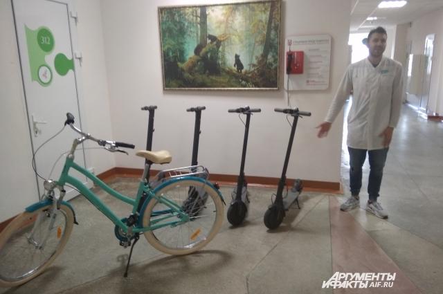Пока в учреждении четыре электроскутера и четыре велосипеда. В планах — закупить транспорт еще.