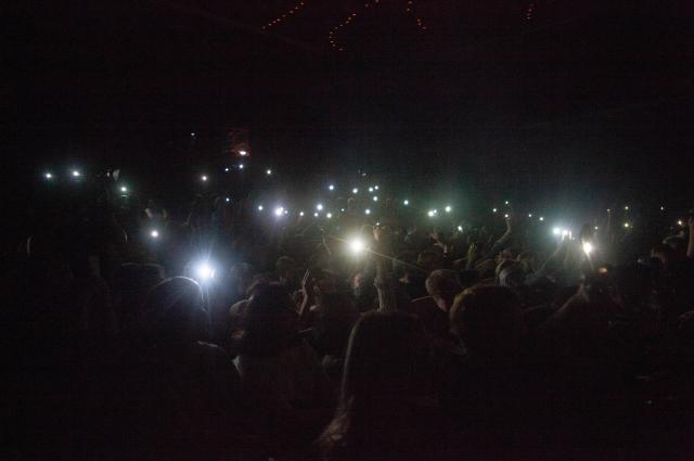 В зале непривычно - светят телефонами.