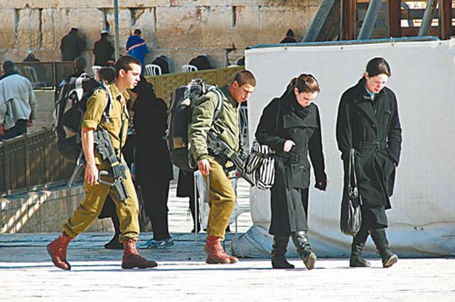 Даже у Стены Плача солдаты Цахал не расстаются со своими штурмовыми винтовками