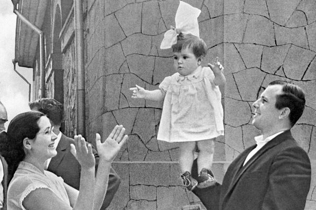 Юрий Гагарин с дочкой Галей и женой Валентиной на отдыхе в Крыму.