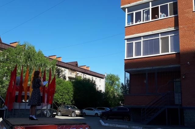 Мини-концерт вокал-группа «Санрайз» устроила на улице Шиллера для Николая Комкова.
