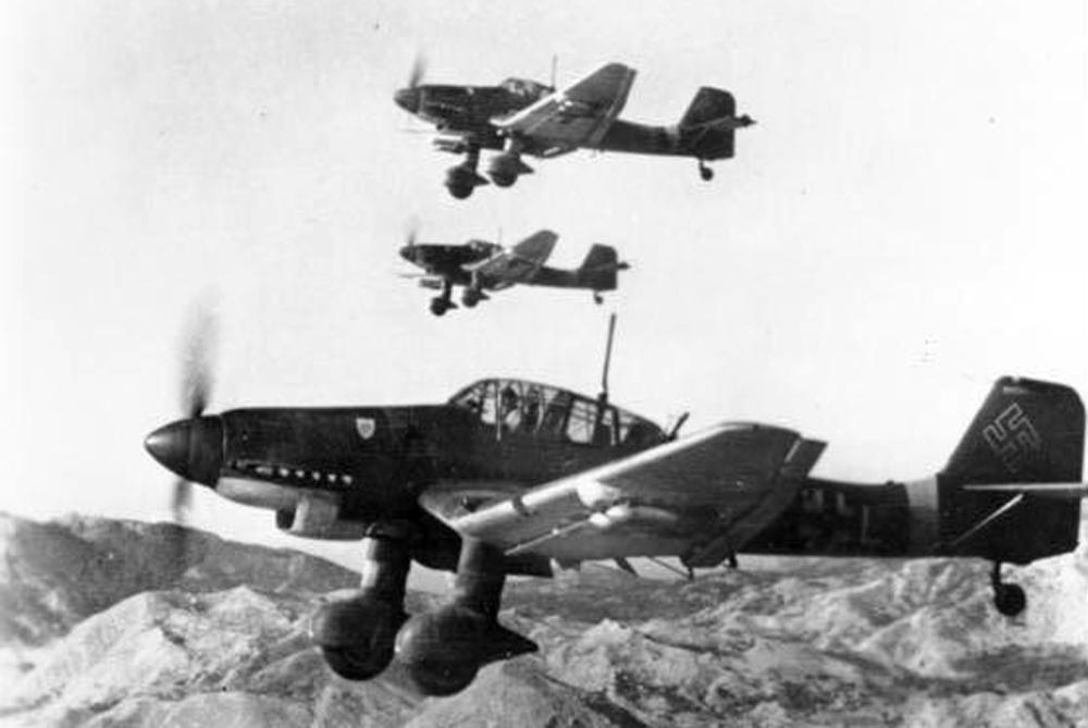 Три немецких пикирующих бомбардировщика Junkers Ju 87D над Югославией, октябрь 1943 года.