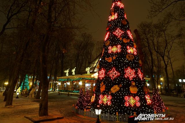 Большинство елок на улицах Смоленска - искусственные.