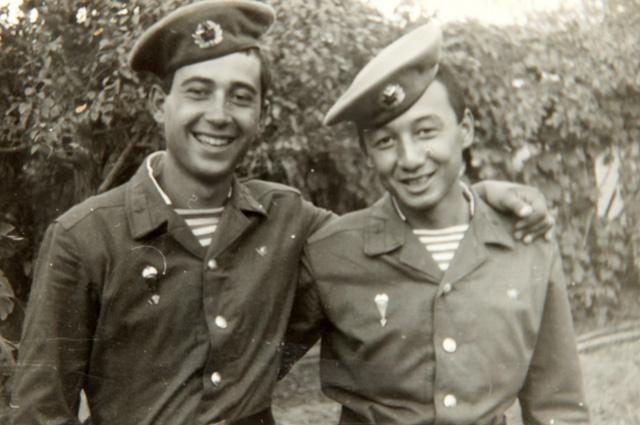 Самир Асанов (слева) в сержантской школе ВДВ в городе Чирчик, 1986 год
