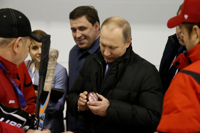 Судя по всему, подарок хоккеистов президенту понравился.