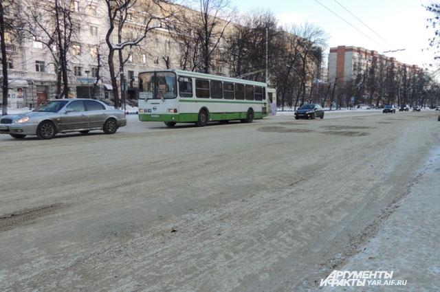 Дороги в Ярославле превратились в один сплошной снежный накат.