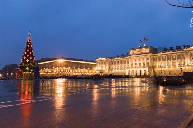 Мариинский дворец пострадал в блокаду, здание начали реставрировать еще в годы ВОВ.