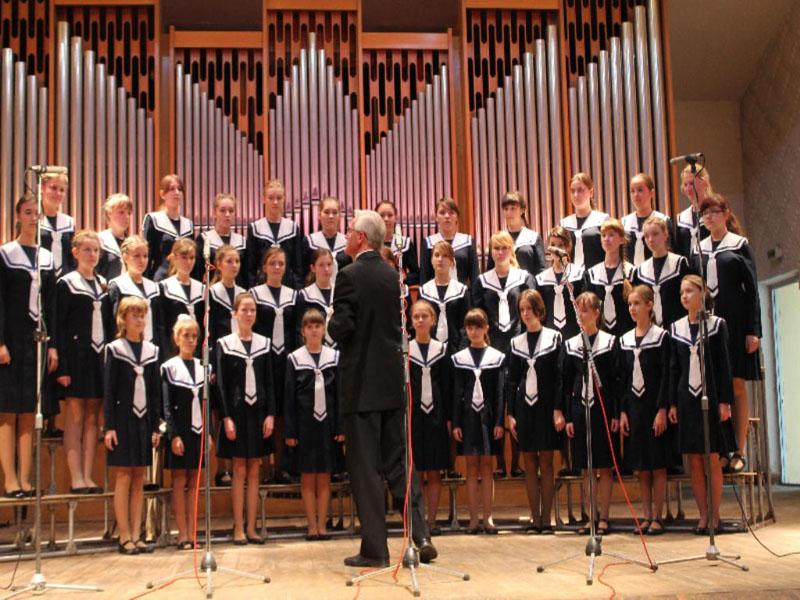 """Выступление в областной филармонии с хором девочек """"Солнечный ветер""""."""