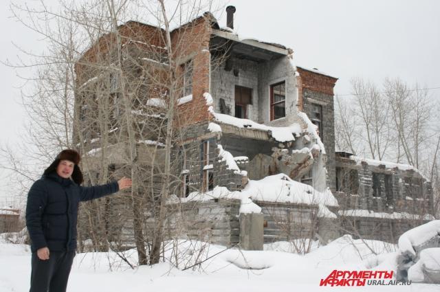 Местный житель Алексей Савинов: «Горожане разбирают остатки завода на кирпичи и продают их».