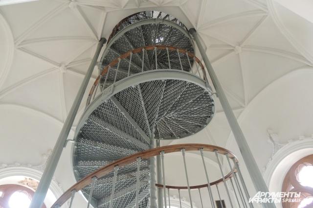 Лучше всего в павильоне сохранилась чугунная лестница.