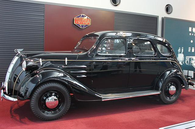 Реплика Toyota Standard Sedan AA 1936 года.