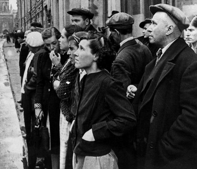 Великая Отечественная война 1941-1945 годов. Жители столицы 22 июня 1941 года во время объявления по радио правительственного сообщения о вероломном нападении фашистской Германии на Советский Союз.