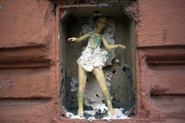Фарфоровые куклы спрятаны на улицах города.