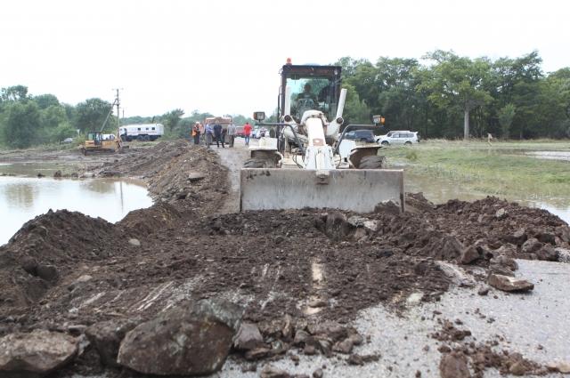 В разбитые водой участки приходится вбухивать глыбы грунта.