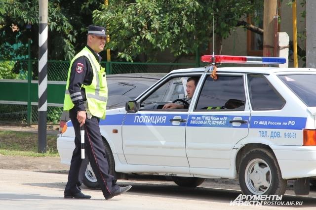 Сотрудники вневедомственной охраны работают сообща со своими коллегами.