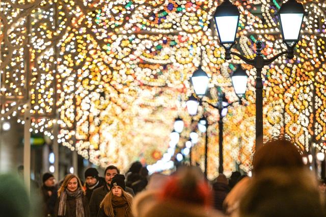На улице Никольская в Москве установлены световые инсталляции в рамках Международного фестиваля «Рождественский свет». 2015 год.