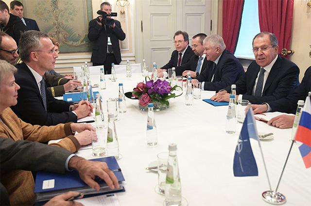 Министр иностранных дел РФ Сергей Лавров и генеральный секретарь НАТО Йенс Столтенберг (третий слева) во время встречи в рамках 53-й Мюнхенской конференции по безопасности.