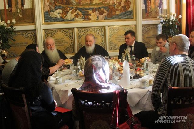Патриарх беседует с родственниками погибших