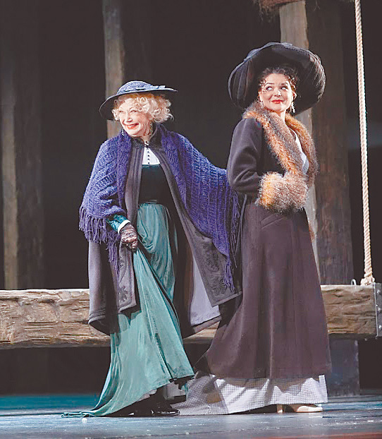 Светлана Немоляева на сцене с внучкой Полиной Лазаревой.
