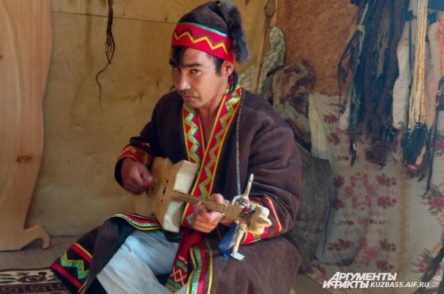 Сам Александр себя шаманом не считает, хотя многие говорили ему, что его ждет большое будущее.