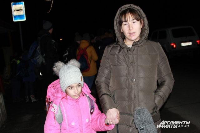 Настю Черник провожает в школу мама.