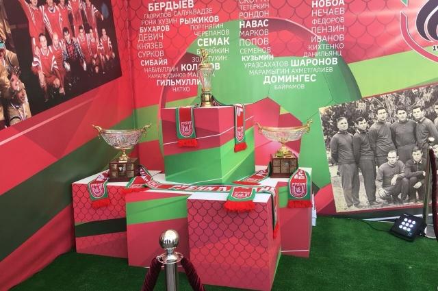 Выставка трофеев команды.