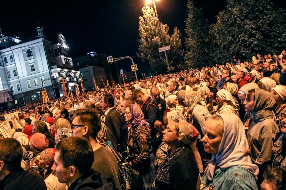 Выстоять в толпе возле Храма-на-Крови некоторым паломникам оказалось тяжело