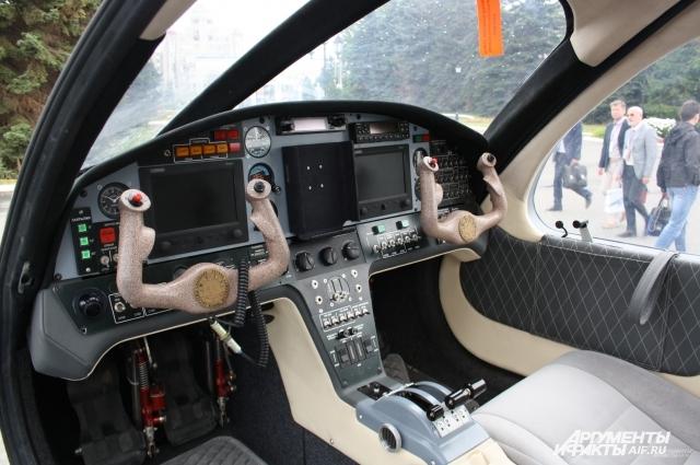 Самолёт рассчитан на четыре места.