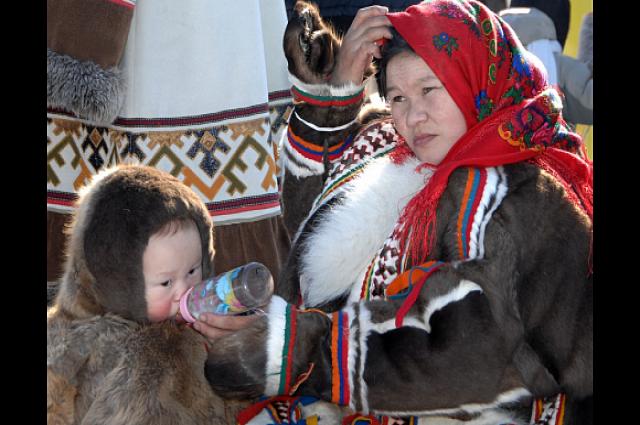Дети кочевников впитывают культуру предков как губка, покидая родительский чум для учебы на весь год, привычка возвращаться летом в тундру остается у многих
