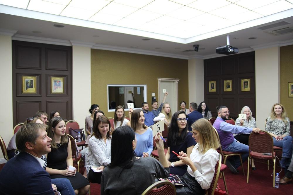 Участники угадывали значение иностранных слов и давали свои определения.