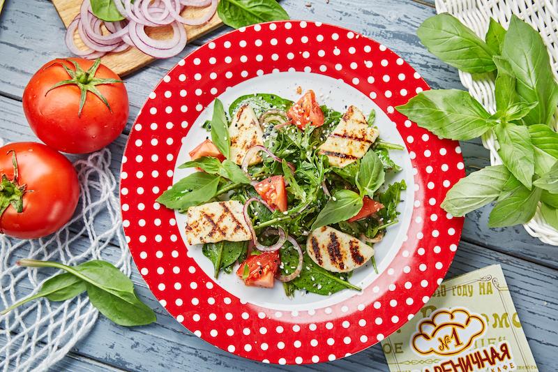Салат со шпинатом, рукколой и жареным адыгейским сыром