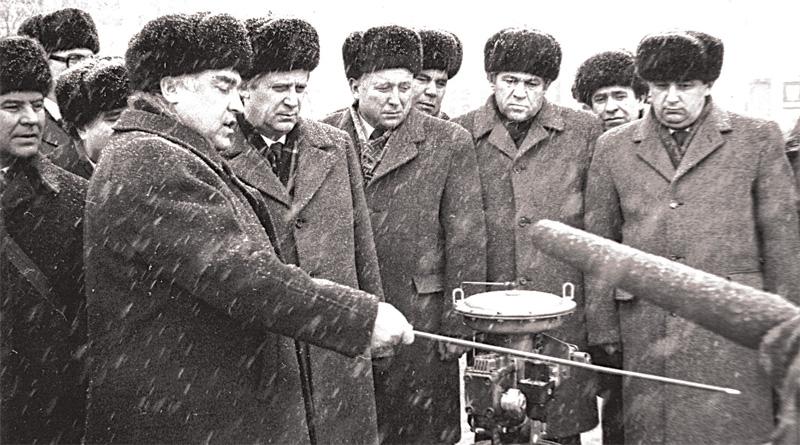 При участии Николая Рыжкова был запущен целый ряд новых заводов. На фото 80-х годов – на газовом предприятии вместе с Виктором Черномырдиным.