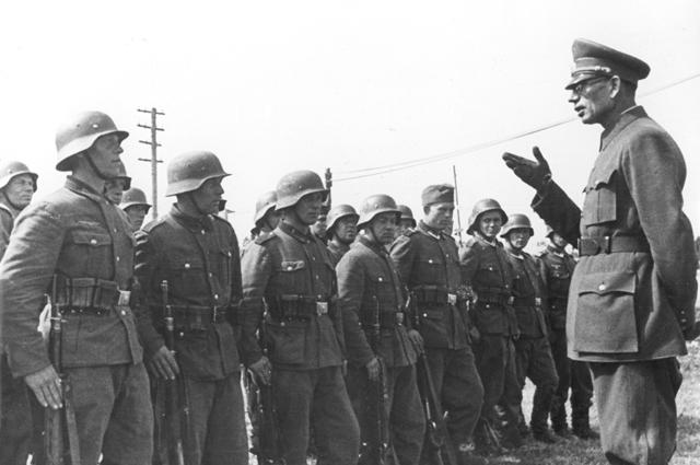 Генерал Андрей Власов беседует с бойцами РОА.