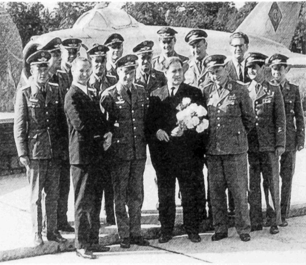 Михаил Девятаев с сослуживцами перед мемориалом в Карлсхагене, 1972.