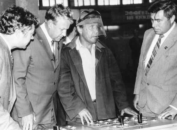 Первый секретарь Свердловского обкома КПСС Б. Ельцин в кузнечно-прутковом цехе ВСМПО. 1983 г.