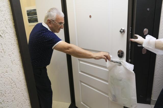 Пакет с индивидуальным набором вешают на дверную ручку.