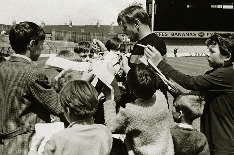 Лев Яшин даёт автографы молодым английским любителям футбола. 1966 год
