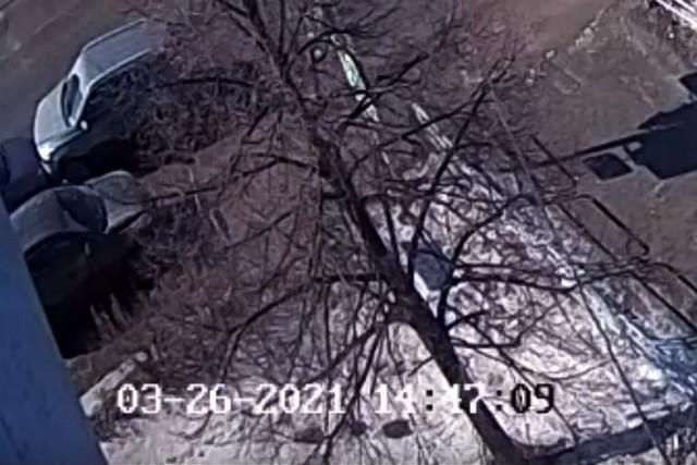 Момент ДТП попал в объектив стационарной камеры, установленной на перекрестке