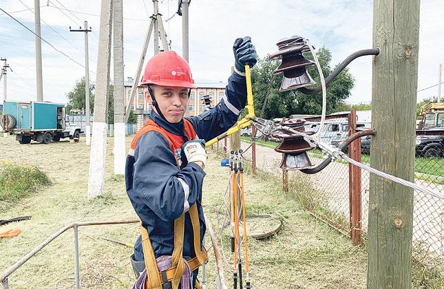 Стройотрядовцы оказывали помощь в проведении ремонтных работ и техническом обслуживании объектов энергоснабжения.