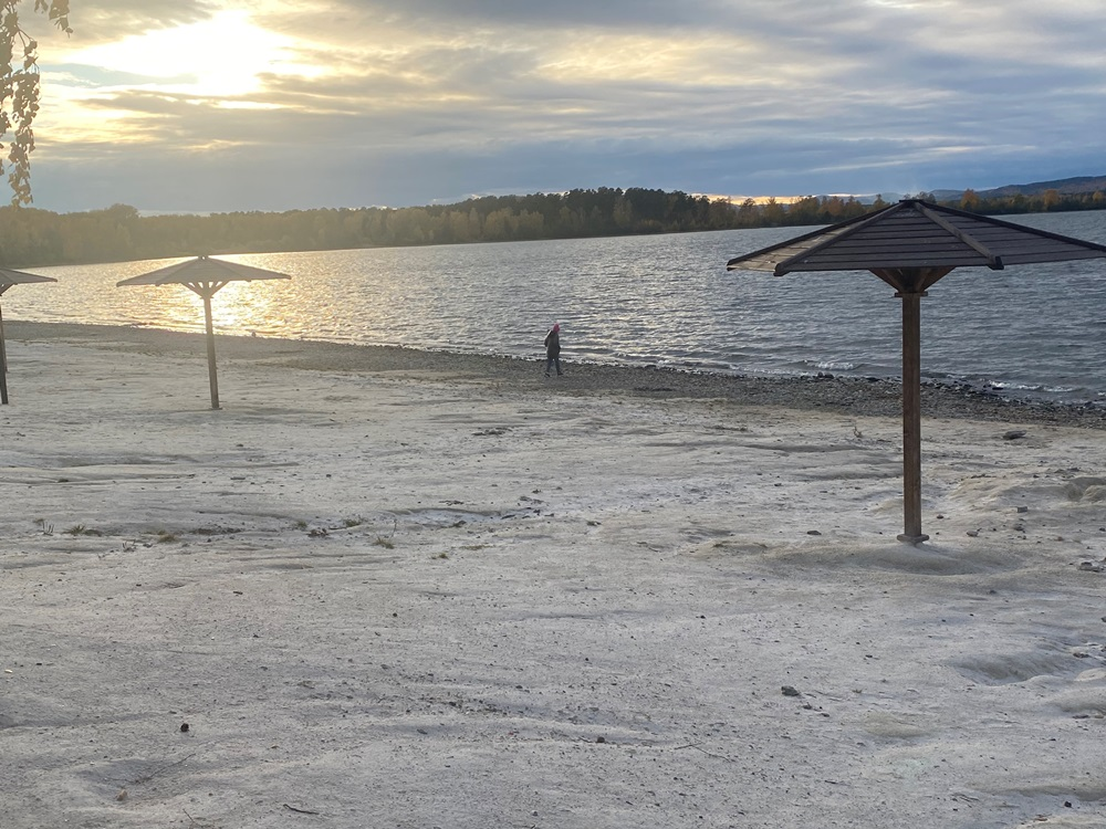Пляж на берегу озера Иртяш.