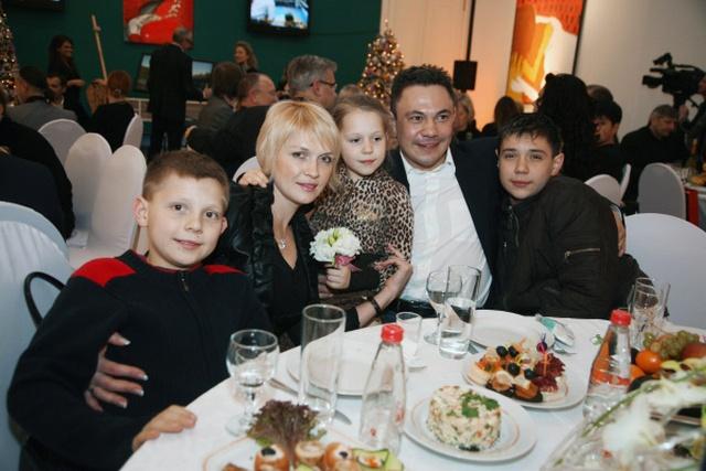 Костя Цзю с супругой и тремя детьми в Москве в 2008 году