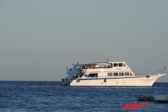 На экскурсии, морские и наземные, туристы, купившие путёвки у туроператора или на улице, поедут на одних катерах или автобусах