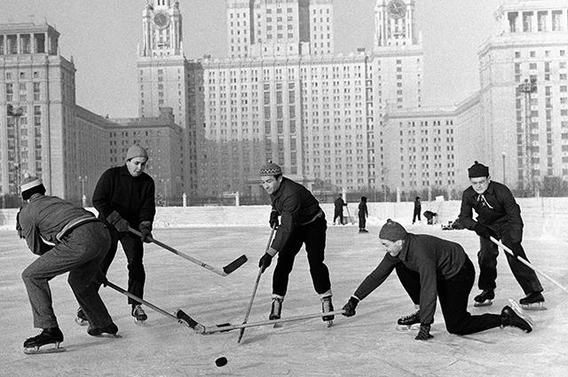 Студенты Московского Государственного университета играют в хоккей на катке спортивного городка МГУ.