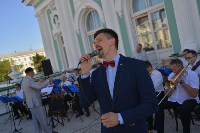 На открытии фестиваля оркестр играл на крыше театра.