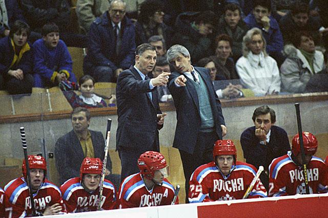 Тренеры сборной команды России по хоккею Виктор Тихонов и Игорь Дмитриев на Международном турнире по хоккею. 1993 год