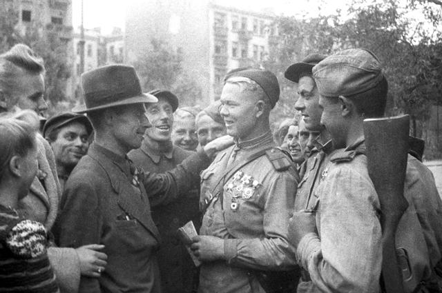 Жители Люблина и бойцы Советской Армии на одной из улиц города. Польша. Великая Отечественная война 1941-1945 годов.