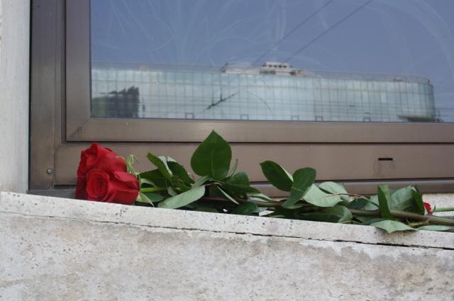 Цветы поклонники певицы складывали на окна театра им. Камала